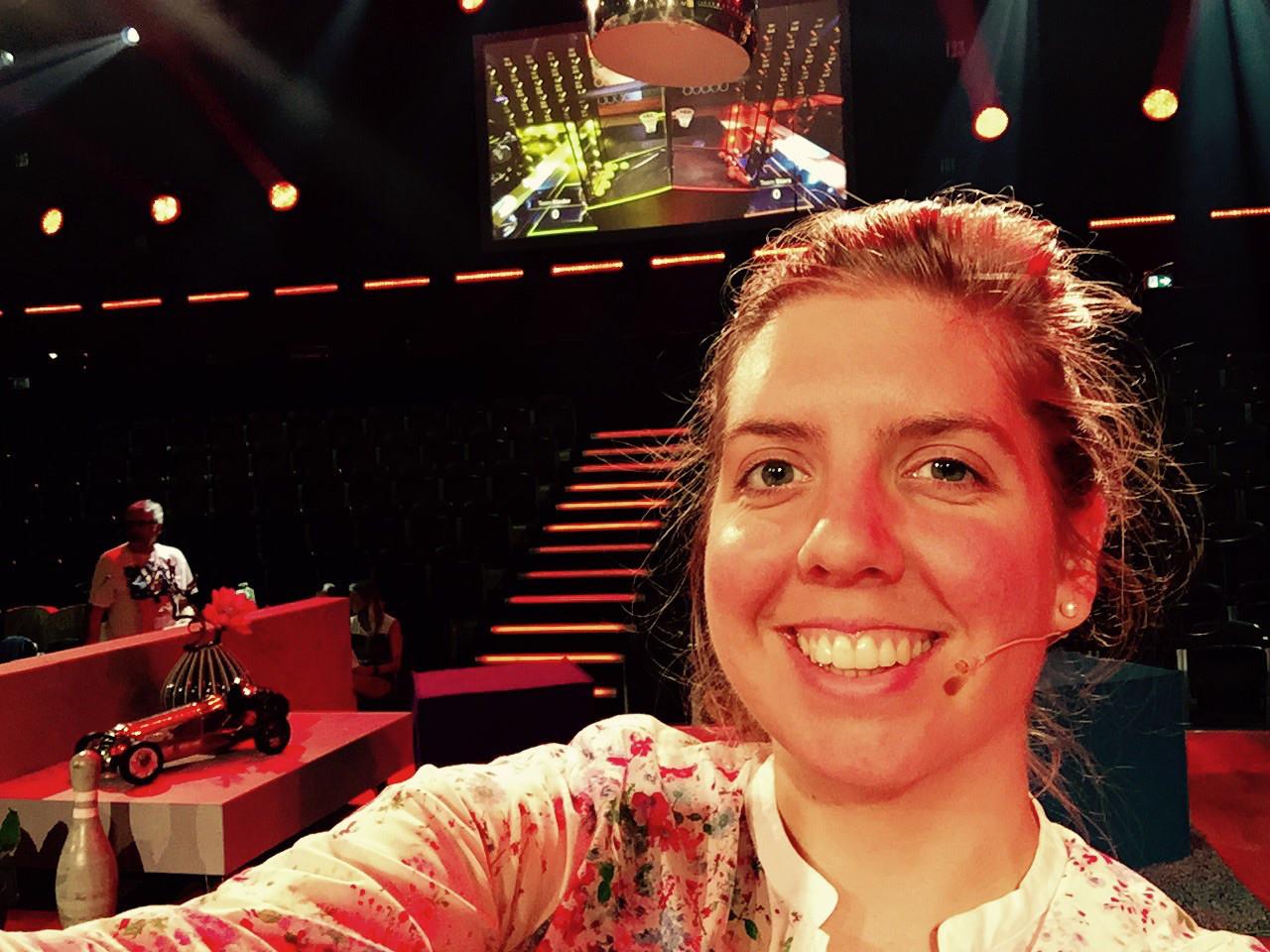 Kontrabassistin als Lichtdouble bei Spiele-Show von Johannes B. Kerner im ZDF